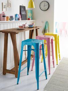 Barra de desayuno con taburetes tolix de colores