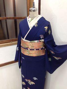 紺青の地に、松葉色、刈安色、鳩羽紫などの穏やかで優しい彩りで染め出された松文様小粋な付下げ着物です。