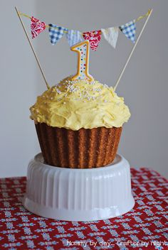 I love this cupcake cake. The Wilton Big Cupcake Pan is so expensive, but I want to try it. Maybe I should use a Michaels coupon when they have one!!