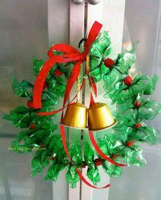 #Reutilizando produtos! Cápsula de café Nespresso + pedaço de arame + tirinhas de garrafa PET + fitinha vermelha = uma charmosa guirlanda de Natal! #guirlanda #natal