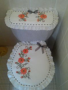 Naranja y Café!! Crochet Flower Patterns, Hand Embroidery Patterns, Crochet Flowers, Diy Home Crafts, Sewing Crafts, Designer Bed Sheets, Bathroom Crafts, Ramadan Decorations, Silk Ribbon Embroidery