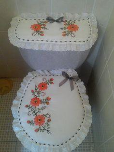 Naranja y Café!! Crochet Flower Patterns, Hand Embroidery Patterns, Crochet Flowers, Sewing Patterns, Designer Bed Sheets, Bathroom Crafts, Ramadan Decorations, Silk Ribbon Embroidery, Diy Home Crafts