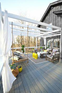 sol en planchers, mobiliers d'extérieur et lit berçante pour bien meubler la terrasse