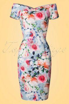 Deze50s Bardot Rose Pencil Dress laat ons hartje op hol slaan!  Bloemen verwelken, rozen vergaan maar onze liefde voor Bardot blijft altijd bestaan! Elegant en sophisticated met een tikkeltje vavavoom. En natuurlijk kon een zomerse twist niet missen ;-) De prachtige halslijn is voorzien van een overslagje en rust mooi op je schouders. Je rondingen worden perfect omarmt dankzij het gladde, lichtblauwe stofje met een lichte stretch dat bezaaid is met adembenemend mooie, pastelkleurig...