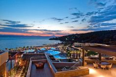 Miraggio Thermal Spa Resort Paliourion Right on the magnificent beach in Paliourion, Miraggio Thermal Spa Resort offers an outdoor pool and luxurious spa facilities. Guests may enjoy their meals at the on-site restaurants, while the bar serves an abundance of drinks and refreshments.