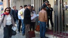A embaixada é tão ineficaz que se um português morrer e a família não tiver condições de transladar o corpo não é a embaixada nem o consulado que ajudam essa família