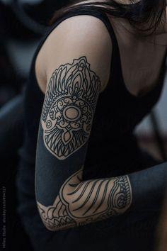 Mädchen im Tattoo-Salon Ink on skin Celtic Tattoo For Women, Celtic Sleeve Tattoos, Tattoo Women, Sleeve Tattoos For Women, Cuff Tattoo, Inca Tattoo, Arm Tattoo, Body Art Tattoos, Wing Tattoos