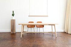 LIKE - Tisch in skandinavischem Stil mit passenden Stühlen. Design: Guido Franzke