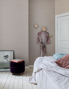 Bedroom with sand-coloured wall creates a peaceful feeling, but erases the strict clean white walls.