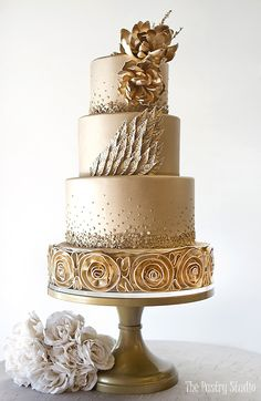 Searching for a luxury wedding cake? This Shimmer Pearl Wedding Cake by The Pastry Studio.The Pastry Studio offers a boutique for custom cakes and awesome cupcakes and top layer and more. Amazing Wedding Cakes, Elegant Wedding Cakes, Elegant Cakes, Wedding Cake Designs, Amazing Cakes, Gold Wedding Cakes, Champagne Wedding Cakes, Dessert Wedding, Wedding Gold