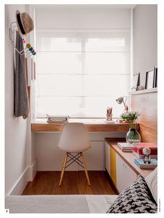Muy bonito el despacho. La mesa el mueble cajonera y la estantería.