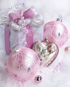 Cool 47 Beautiful Shabby Chic Christmas Decoration Ideas. More at http://dailypatio.com/2017/11/03/47-beautiful-shabby-chic-christmas-decoration-ideas/
