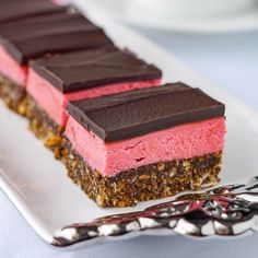 Raspberry Nanaimo bars – a delicious twist on a classic Canadian cookie bar treat. The have no artificial colours or flavours and they're no-bake too! Ingredients For the Base Layer cup butter cup sugar 8 tbsp cocoa 2 eggs Nanaimo Bars, Baking Recipes, Cookie Recipes, Dessert Recipes, Rock Recipes, Sweet Recipes, Easy Recipes, Delicious Recipes, No Bake Treats