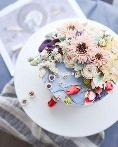 심쿵 케이크 오늘도 예술작품 ~!! 세상에서 제일 바쁜 봄쌤 늘 응원할께요 ^^ #buttercreamflower#cake#flower#buttercake#cakedecorating#buttercream#baking#flowercake#bakingclass#cakedecorator#cakedesign#wiltoncakes#weddingcake#flowers#buttercreamcake#bouquet#specialcake#buttercreamfrosting#birthdaycake#koreanbuttercream#cakeart#cakeporn#wilton#버터크림#버터크림플라워케이크#꽃스타그램#韩国米糕#鲜花蛋糕#フラワーケーキ #花蛋糕课
