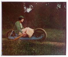 Il libro riproduce 32 fotografie a colori con la tecnica dell'autocromia, scattate da Jacques Henri Lartigue tra il 1912 e il 1927. Lartigue, pittore e
