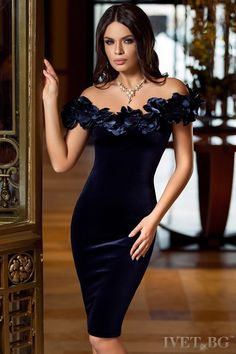 Women's evening dresses inside a variety of matches, different colors & well designed looks. Tight Dresses, Cute Dresses, Beautiful Dresses, Short Dresses, Formal Dresses, Vestidos Velvet, I Dress, Party Dress, Red Evening Gowns