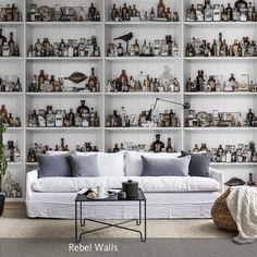 Eine Fototapete, die einen Schrank voller Kuriositäten zeigt – ein spannender Effekt für das Wohnzimmer! Mehr auf roomido.com #roomido