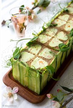 (a sandwich cake made with cucumber and salmon) Sandwhich Cake, Sandwich Torte, Snacks Für Party, Appetizers For Party, Salad Cake, Star Cakes, Scandinavian Food, Tea Sandwiches, Savoury Cake
