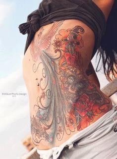 Gros tatouage femme ventre coloré