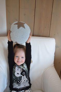 Ik vind het zo leuk om voor kids en hun kamers te haken. Dit x haakte ik een stoere bal om mee te spelen :) Het is een heel simpel project maar daardoor niet minder leuk om te maken. Daarnaast blijft een bal altijd nummer 1 kinderspeelgoed...