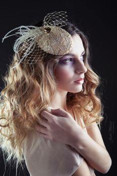 Tocado GOLDEN VINTAGE Tocado en forma de lagrima forrado de chantilly en tonos dorados, pluma de avestruz en blanco roto, velo y pieza dorada. MODELO: Vanesa Scott FOTOGRAFÍA: Juan Velasco MAQUILLAJE: Miriam Zapata PELUQUERÍA: Peluquería Expressiones #wedding #bridal #fascinator #white #gold #dorado #vintage #feather #ostrich #white #party Head Games, Derby Hats, Fascinators, Hats For Women, Vintage Black, Inspired, Inspiration, Accessories, Fashion