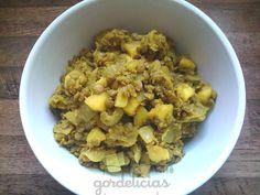 Lentilha Thai (com maçã e curry) | 1 xícara de lentilha crua 3 maçãs vermelhas pequenas descascadas e cortadas em quadradinhos 2 cebolas cortadas em quadradinhos 2 colheres de sopa de azeite de oliva 2 colheres de sopa de curry em pó Sal a gosto