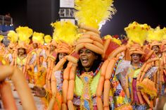 Integrante da Acadêmicos do Tucuruvi canta o samba-enredo da escola, que falou sobre o centenário de Mazzaropi