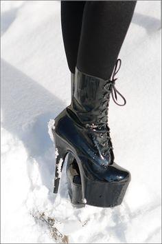 Fashionlook: Hotpants mit Pulli und Super-High-Heels im Schnee