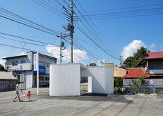 화이트 골강판을 이용한 S자 커브는 남자화장실과 여자화장실을 구분, 간결한 공중화장실 디자인을 구현합니다. Kubo Tsushima Architects gave a curved form to this public toilet in Japanese town of Nakanojo, to avoid creating spaces for dust to collect or spiders to lurk. The brief given to architects Hideaki Kubo and Yumi Tsushima was to design a bright and clean facility for both local residents and..