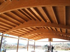Cubiertas a dos aguas hechas con paneles sándwich THERMOCHIP® | #THERMOCHIP #panelsandwich #madera #decoracion #interiorismo #cubierta #arquitectura Wood Architecture, Wood Structure, Pergola, Outdoor Structures, Sheds, Timber Frames, Garage, Beams, Walkway