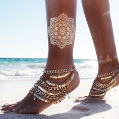 Side view of model's feet in paillette boho anklet Bohemian Mode, Hippie Chic, Boho Chic, Gypsy Style, Boho Gypsy, Boho Style, Fashion Accessories, Fashion Jewelry, Metal Tattoo