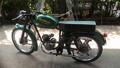 """MOTO BROADWAY original CON ASIENTO ENTERIZO------------motocicleta fabricada en argentina (la de la foto es modelo 1962) , por """"establecimientos broadway saic"""" con domicilio en Tarija 4372 Buenos Aires-equipada con el motor de licencia alemana FISTCHEL Y SACHS de 98cc y dos velocidades , el mismo equipo a la moto argentina PUMA fabricada por IAME"""