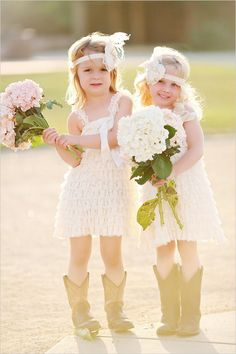 vintage flower girls | oversized bouquets | glam barn wedding | #weddingchicks