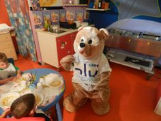 Lulu mangia la pappa con i bimbi.