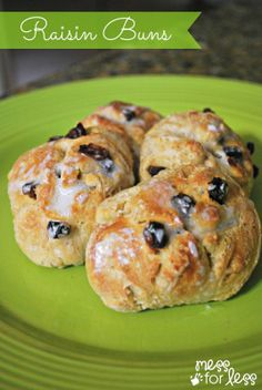 Raisin Buns - These tasty buns are a great twist on the traditional dinner roll. Entree Recipes, Dessert Recipes, Cooking Recipes, Cooking Tips, Fun Recipes, Desserts, Easy Family Meals, Kids Meals, Good Food