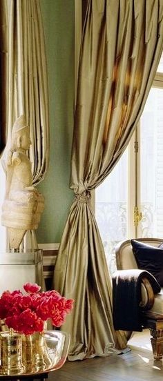 Elegant drapes fitting the room where you are dining... this is real classic elegance !