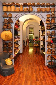 L'ANTICA MANIFATTURA CAPPELLI Roma Via degli Scipioni, 46 +39 06 39725679 info@antica-cappelleria.it www.antica-cappelleria.it/web-e/home.ht...