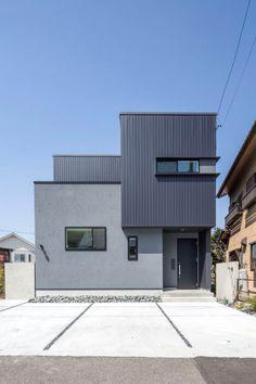 愛知・名古屋の注文住宅ならクラシスホームへ。自由設計でありながら価格を抑えてデザイン性の高い注文住宅をご提案しています。 Exterior Wall Design, Exterior House Colors, Small House Design, Modern House Design, Minimalist House Design, Japanese Modern House, House Cladding, Bungalow Exterior, Grey Houses