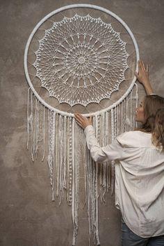 Crochet grand capteur de rêve. Un talisman indien fait comme décoration murale Boho luxueuse qui protège le dormeur contre les mauvais esprits. Les mauvais rêves s'emmêlent dans le web, alors que bon les glissent dans le trou au milieu. Si vous ne savez pas quoi faire ou sont à la recherche