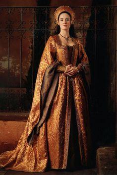 "Could be an interesting alternative colour scheme Pilar Lopez de Ayala as Juana I de Castilla in ""Juana La Loca"" (eng. Mode Renaissance, Costume Renaissance, Renaissance Dresses, Medieval Costume, Renaissance Fashion, Medieval Dress, Medieval Clothing, Tudor Costumes, Period Costumes"