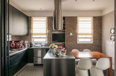 Espaços amplos e boiseries usadas com sofisticação são alguns dos atrativos deste apartamento clássico com toques contemporâneos em São Paulo. Projeto Luis Bick e William Simonato.