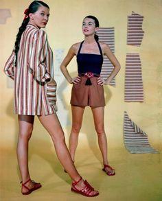 Модели демонстрируют гватемальский пляжный пиджак и костюм для игр на пляже, 1947 год.