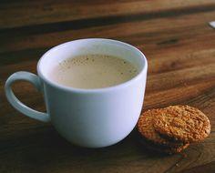 Kawa z chałwą. Przepis na:  http://kawa.pl/przepisy/przepis/kawa-z-chalwa