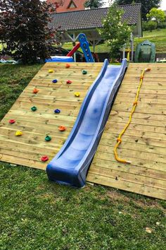 There are many different backyard playground design ideas for kids that are available on the market today. They have made the backyard play an amazing venue Cozy Backyard, Backyard For Kids, Backyard Projects, Backyard Landscaping, Pallet Projects, Landscaping Ideas, Sloping Backyard, Woodworking Projects, Patio Decks