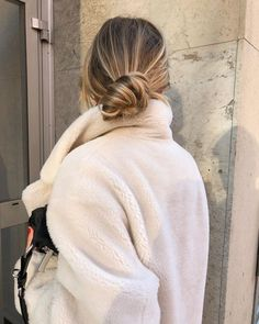 haar dutt Shared by hikaru. Find images and videos about fashion, style and hair on We Heart It - the app to get lost in what you love. Sweet Shirt, Peinados Pin Up, Mode Inspiration, Fashion Inspiration, Hair Dos, Balayage Hair, Your Hair, Blonde Hair, Cool Hairstyles