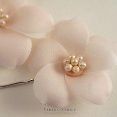 Este listado está para un sistema de pasadores de pelo nupcial floral rosa blush. Las flores del dos pelo son hechos a mano con materiales de alta calidad como telas de seda puras y perlas de agua dulce. Pétalos de flores son mano corte, mano presiona y ensamblados uno a uno con métodos de la sombrerería de la mano. El centro de cada flor está moldeado con un racimo de perlas de agua dulce. La flor en rosa blush. Las flores miden aprox. 3 y 2,5 de diámetro. Se unen a dos separados plata de…