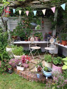 Small Courtyard Gardens, Rustic Gardens, Small Gardens, Outdoor Gardens, Garden Whimsy, Garden Junk, Garden Yard Ideas, Country Cottage Garden, Farmhouse Garden