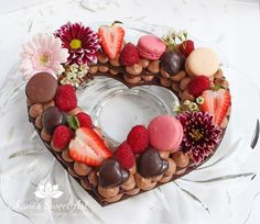 How to make a decadent and beautiful chocolate raspberry cream tart. Recipes for chocolate pâte sablée, chocolate diplomat cream and raspberry ganache included. Decadent Chocolate, Chocolate Ganache, Chocolate Cream, Raspberry Ganache, Raspberry Chocolate, Raspberry Tarts, Alphabet Cake, Cake Lettering, Decoration Patisserie