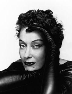 Gloria Swanson (1899-1989) Su interpretacion en 1951 en El Crepusculo de los Dioses esta catalogado como una de las mas importantes de la historia del cine. tras una larga retirada recuperó su fama en 1950, a edad madura, con El crepúsculo de los dioses (Sunset Boulevard) de Billy Wilder.