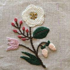 久しぶりに刺繍の時間です☺︎ サテンステッチを綺麗に刺すのは 難しいですね #刺繍 #樋口愉美子 #刺繍とがま口
